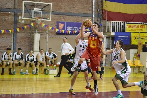 Federal Basquet - Bahiense derrotó a Sarmiento de Junín con 15 puntos de Esteban Silva.