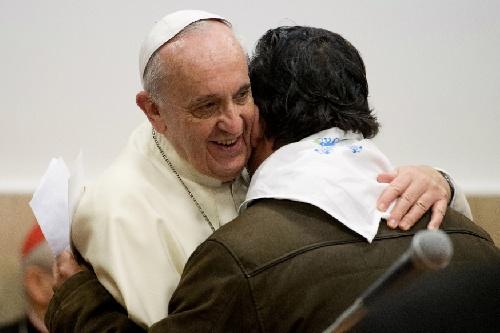 El Papa Francisco predica con el ejemplo y recibe a refugiados en el Vaticano y parroquias romanas