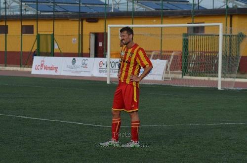 Calcio Serie E - El Isola sigue su marcha triunfal con Maxi Ginóbili en cancha.
