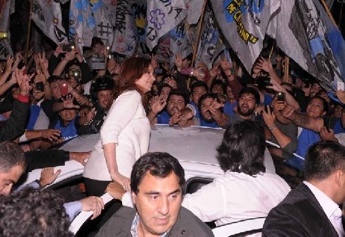 Con bombos y banderas, La Cámpora recibió a CFK en su departamento de Recoleta