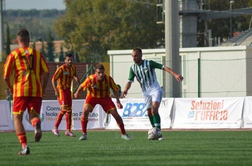 Calcio Serie E - Victoria del Isola con Maxi Ginobili para seguir en la cima.