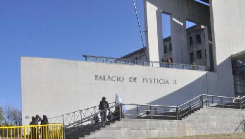 Abogado imputado por pasarle droga a un detenido