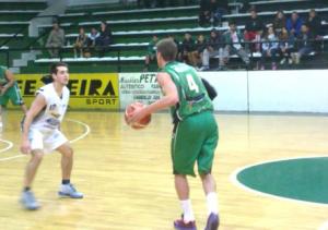 Basquet Bahiense - Cae Estudiantes ante Villa Mitre y pierde el liderazgo. Martín Cleppe en el albo con 12 puntos.