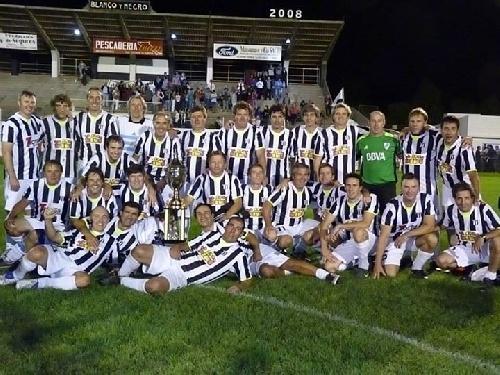Fútbol del Recuerdo - Blanco y Negro derrotó ajustadamente al equipo de Unión Pigüé.