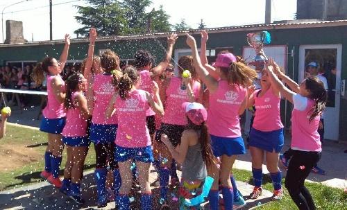 Hockey Femenino - Uno de los planteles del CEF 83 se proclamó campeón del torneo anual de mamis.
