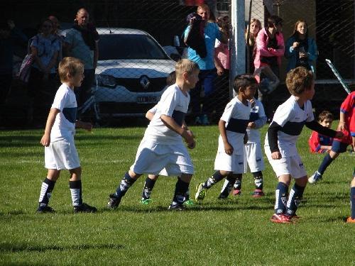 Los chicos de Deportivo Argentino en Monte Hermoso.