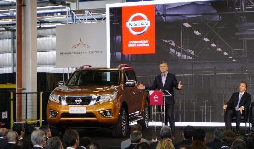 """""""Sake y Fernet"""": Macri inauguró la planta de pick-ups de Nissan en Córdoba, también fabricará para  Renault y Mercedes-Benz"""