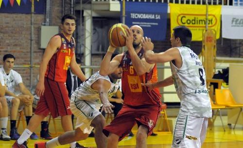 Basquet Federal - Derrota de Bahiense en Junín - 14 puntos de Esteban Silva.