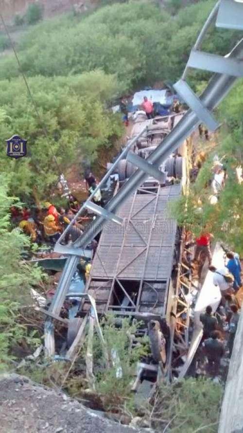 #LaRutaDeLaMuerte / En Rosario de la Frontera,Salta, desbarrancó un colectivo y son 43 los muertos