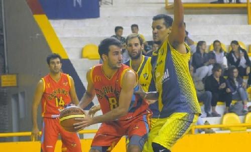 Basquet Bahiense - Esteban Silva anotó 8 puntos en el comienzo de los Play Off.