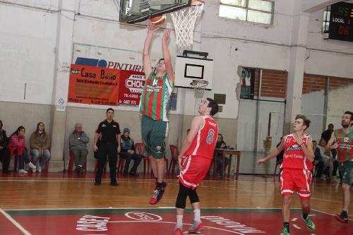 Basquet Tresarroyense - Alumni de Orense derrotó a Deportivo Sarmiento - 10 puntos de Denis Byscaychipi.