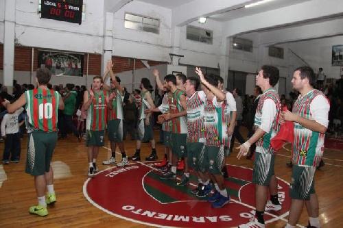 Basquet Tresarroyense - Deportivo Sarmiento derrotó a Blanco y Negro y avanza a semifinales.