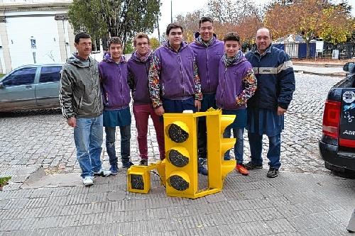 Fue colocado el primer semáforo de la ciudad, fabricado por alumnos y profesores de la Escuela Técnica