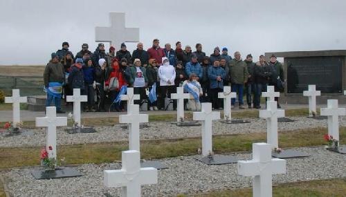 Familiares de caídos en Malvinas homenajearon a los soldados en el Cementerio de Darwin