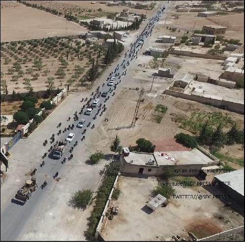 """fotos de la huida de EI ( Estado Islamico)  o ISIS  utilizando civiles como """"escudos humanos"""""""