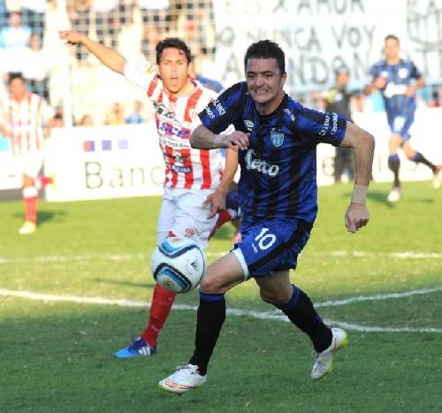 Nacional B - Con Leo González en cancha y tres goles de la Pulga Rodríguez, el decano tucumano se acerca al puntero.