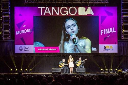 Valentina Etchebest cantó en el Mundial de Tango en el Luna Park y fue nota de Clarin