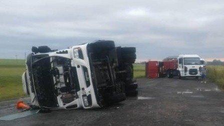 Un tornado provocó el vuelco de cinco camiones en Azul