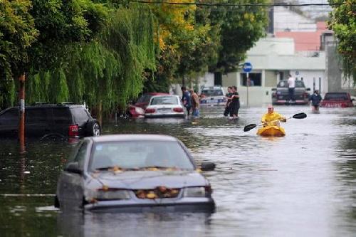 Continúa el mal tiempo en el Litoral, con alerta por tormentas fuertes en tres provincias. Obligados a tirar produccion láctea
