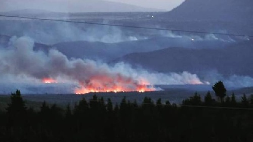 Continúa el incendio forestal en Chubut