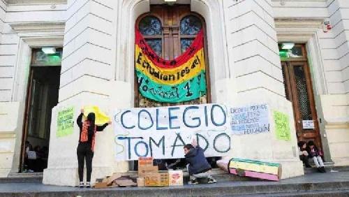 los padres deberán retirar a los hijos de los colegios tomados, caso contrario deberán pagar gastos si hubiere vandalismo