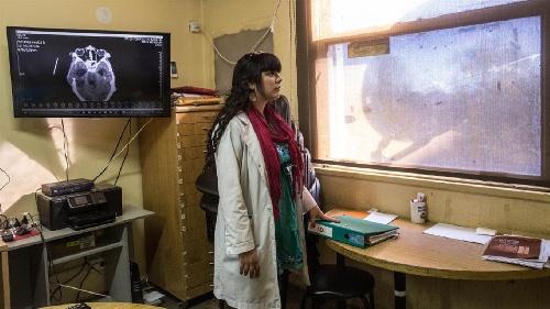 Doctora Coraje: está en contacto con la muerte, pero lucha para dar vida