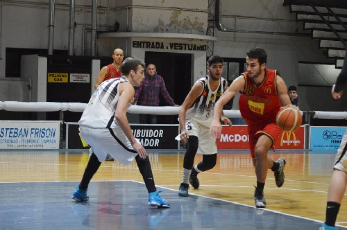 Basquet Bahiense - Liniers derrotó a Bahiense en choque de punteros - 16 puntos para Esteban Silva.