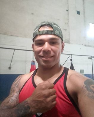 Roberto Adriel combate en Tres Lomas.