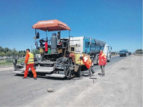 Ruta Pcial Nº 67: comenzó el asfaltado de la etapa final del tramo Pigüé – Cnel. Suarez