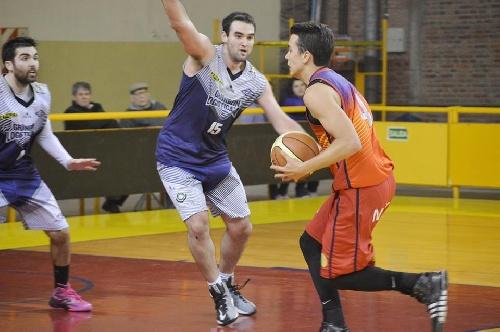 Basquet Bahiense - Estudiantes derrotó a Bahiense del Norte - 13 tantos de Esteban Silva.