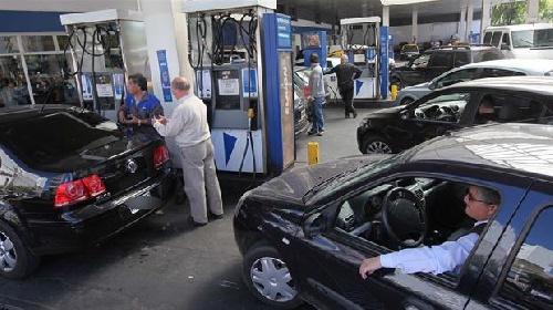 Por un acuerdo entre el Gobierno y las empresas, mañana bajan 2,6% el gasoil y 0,1% las naftas