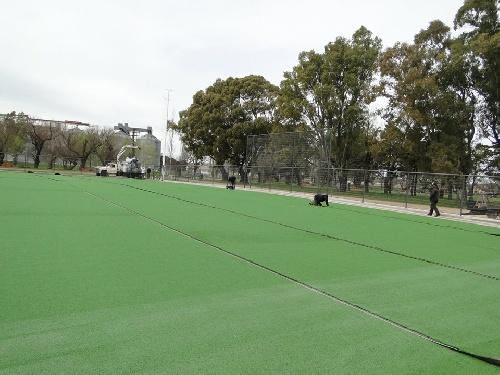 Instalan el cesped sintético en la cancha de hockey municipal en el Parque