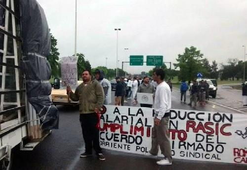 Empleados de avicola cortan autopista Ricchieri reclamando por la fuente de trabajo