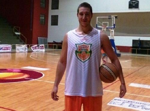 Denis Biscaychipy firmó para el Cenci Basquet Club y jugará el provincial santafecino.
