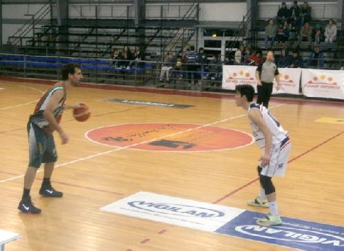 Basquet Tres Arroyense - Con 15 puntos de Denis Biscaychipy, Deportivo Sarmiento batió a Monte Hermoso.