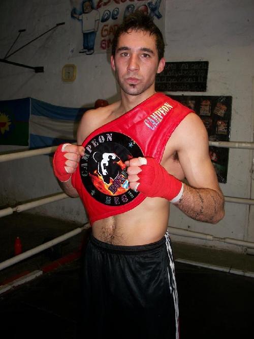 Matías Cabrera ganó por knock out en su presentación como local en el Club Unión Pigüé.