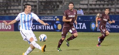AFA 1ra División - Atlético Tucumán con Leo González busca mirar hacia delante.