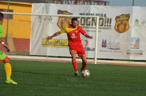 Calcio Serie E - Con la presencia de Maxi Ginobili, empata el Isola y pierde la punta del torneo.