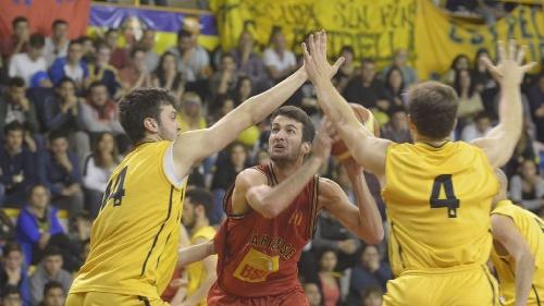Basquet Bahiense - Esteban Silva anotó 23 puntos y resultó goleador del partido en el que Bahiense superó a Estrella y es finalista.