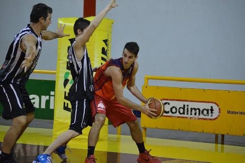 Basquet Bahiense - Triunfo de Bahiense sobre Liniers - Esteban Silva con 20 puntos Goleador del cotejo.