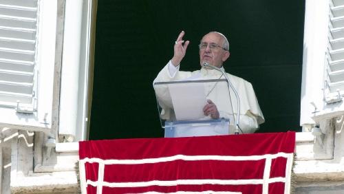 """Francisco afirmó que es """"triste"""" ver sacerdotes y obispos """"apegados al dinero"""""""