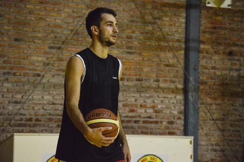 Basquet Bahiense - Esteban Silva goleador del partido en el que Bahiense derrotó a Estrella.